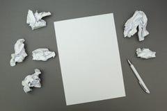 Gerimpelde bladen rond het gehele nieuwe ideeconcept stock foto's