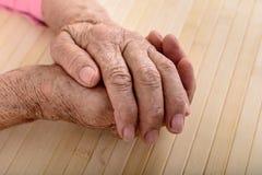 Gerimpelde handen van oude vrouw Stock Foto