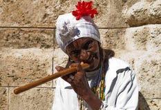 Gerimpelde oude dame met een sigaar in Havana Stock Afbeeldingen