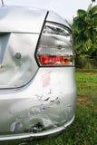 Geringe Einbuchtung verkratzt auf dem Stoßdämpfer des Autos mit einbezogen in Unfall stockbilder