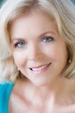 Geringfügige blonde Frau, die warm Sie betrachtet Lizenzfreie Stockfotografie