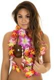 Geringfügiges Lächeln des hawaiischen Frauenkokosnuss-BH-Abschlusses Stockfotografie