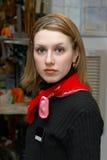 Gerl dans un foulard rouge Image stock