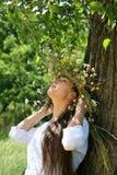 Gerl joven con la diadema con las flores salvajes fotografía de archivo libre de regalías