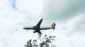 Germanwings Airbus A320 auf Endanflug stock video footage