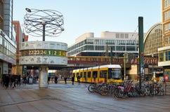 germany berkshires Berlin världsklocka på den Alexanderplatz fyrkanten Februari 16, 2018 royaltyfri bild