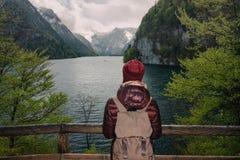 germany Cittadino di Berchtesgaden Ragazza con uno zaino Fotografia Stock