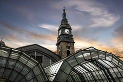 germany hamburg Byggnad av den järnväg stationen Arkivfoton
