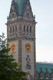 germany hamburg Fragment av det Hamburg Rathaus tornet med en klocka på bakgrunden av blå himmel Arkivfoton