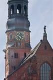 germany hamburg Klockan på klockatornet av kyrkan av St Catherine & x28; Hauptkirche St Katharinen& x29; Royaltyfria Foton