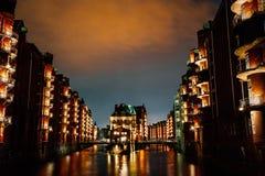 germany Hamburg Widok Wandrahmsfleet przy półmrok iluminaci światłem z chmurami above Lokalizować w Magazynowym okręgu - obraz royalty free
