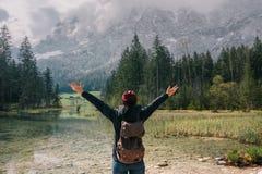germany Lago Hintersee Viaggiatore della ragazza con uno zaino Immagine Stock Libera da Diritti