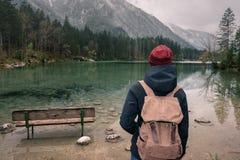 germany Lago Hintersee Viaggiatore della ragazza con uno zaino Fotografia Stock Libera da Diritti