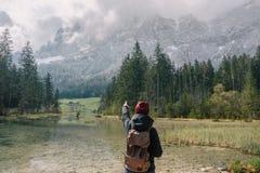 germany Lago Hintersee Viaggiatore della ragazza con uno zaino Fotografie Stock Libere da Diritti
