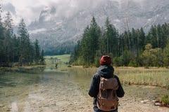germany Lago Hintersee Viaggiatore della ragazza con uno zaino Immagine Stock