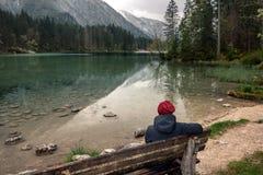 germany Lago Hintersee Viaggiatore della ragazza con uno zaino Immagini Stock