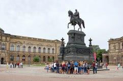 germany Monument som framme gör till kung Johann av Sachsen av den Semper operan på teaterfyrkant i Dresden 16 Juni 2016 Arkivfoto