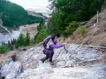 germany Oberstdorf Kvinnan klättrar den steniga lutningen arkivbilder
