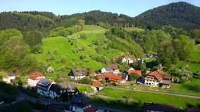 germany Opinião preta de Forest Panoramic do vale com a vila foto de stock royalty free