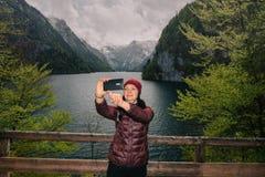 germany Parco nazionale di Berchtesgaden La ragazza fa il selfie Immagini Stock