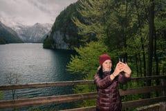 germany Parco nazionale di Berchtesgaden La ragazza fa il selfie Fotografia Stock Libera da Diritti