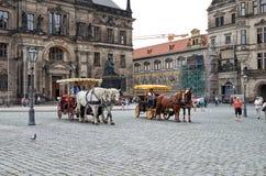 germany Vagnar med hästar på teatern kvadrerar i Dresden 16 Juni 2016 Arkivbild