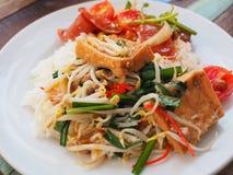 Germi di soia in padella con il tofu Fotografia Stock