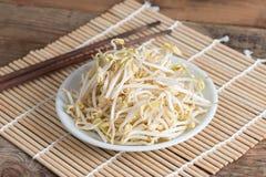 Germi di soia in piatto bianco Immagini Stock