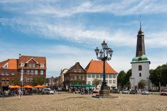 germnay的Glueckstadt,有教会的老历史的市场 免版税库存照片