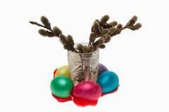 Germogli di gonfiamento in vetro ed uova di Pasqua, Isolati Immagini Stock