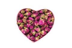 Germogli rosa secchi per tè sotto forma di un cuore Tè cinese dal Yunnan Bi Lo Chun Copi lo spazio Immagini Stock
