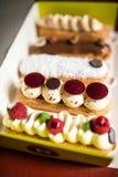 Geroepen selectie van Frans gebakje eclairs Stock Fotografie