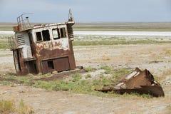 Geroest blijft van vissersboot bij de zeebedding van het Aral overzees, Aralsk, Kazachstan stock fotografie