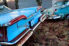 Geroeste antieke blauwe auto's op gebied Stock Foto's