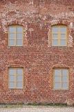 Geroeste de antiquiteit herstelde rode bakstenen muurvoorgevel Architectuurrug royalty-vrije stock afbeelding