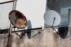 Geroeste en nieuwe satellietschotels royalty-vrije stock foto's