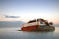 Geroeste gedaalde schip nabijgelegen overzeese kust Stock Fotografie