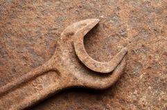 Geroeste moersleutel over aangetaste ijzerplaat Stock Afbeeldingen