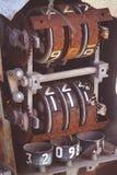 Geroeste Oude Benzinepompaantallen binnen Stock Fotografie