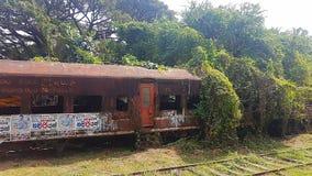 Geroeste trein op station in Sri Lanka stock fotografie