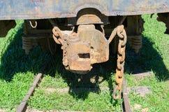 Geroeste treinhapering en kettingen over spoor van een verlaten trein royalty-vrije stock afbeeldingen