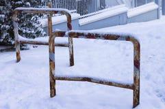 Geroeste verkeersmeerpalen op een sneeuwstraat stock foto
