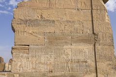 Geroglifici e disegni egiziani sulle pareti e sulle colonne Lingua egiziana, la vita dei antichi e la gente in geroglifico Fotografie Stock