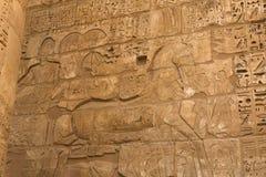 Geroglifici e disegni egiziani sulle pareti e sulle colonne Lingua egiziana, la vita dei antichi e la gente in geroglifico Fotografia Stock