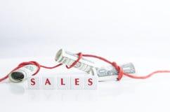 Gerold geld dat op wit wordt geïsoleerdn Stock Foto's