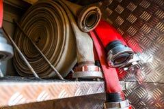Gerolde brandslangen, die in rijen, in het handschoenenkastje van de brandvrachtwagen worden geschikt royalty-vrije stock foto