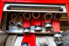 Gerolde brandslangen, die in rijen, in het handschoenenkastje van de brandvrachtwagen worden geschikt royalty-vrije stock afbeelding