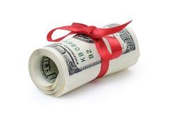 Gerolde die dollarbankbiljetten met rood lint worden gebonden Stock Foto's