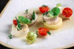 Gerolde haringen met groente Stock Foto