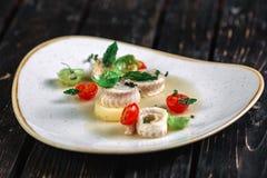 Gerolde haringen met groente Stock Fotografie